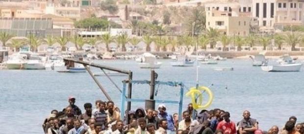 In foto, un peschereccio di migranti