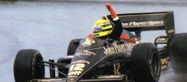 Senna celebrou efusivamente a vitória