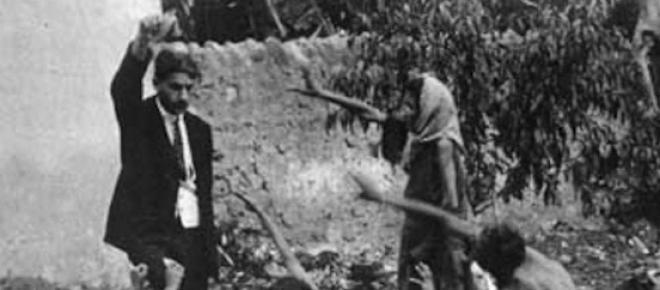 Funcionario turco se burla de niños armenios mostrándoles un pedazo de pan, 1915