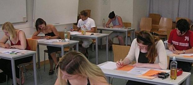 Alumnos realizan un examen. Wikipedia
