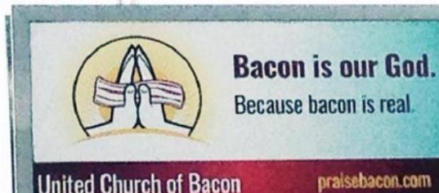 "Lê-se ""No bacon acreditamos porque o bacon é real"""