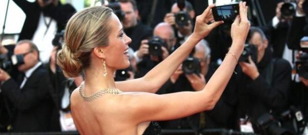 Petra Nemcova tira selfie no Festival Cannes 2014