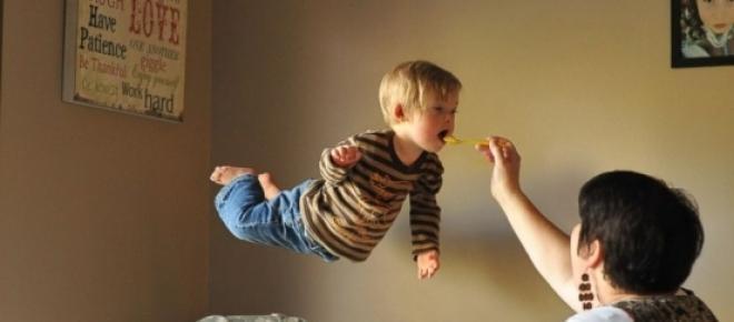 Las fotografías de un niño con Síndrome de Down que puede volar inundan las redes sociales