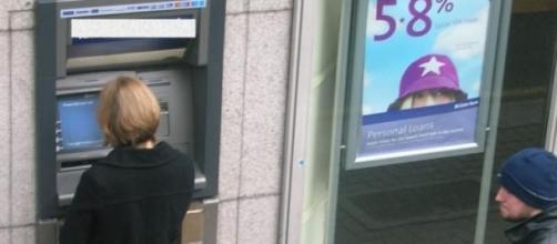 Clientes sacando dinero de un cajero