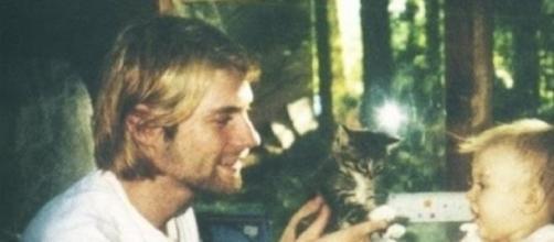 Foto del fallecido Kurt Cobain con su hija pequeña