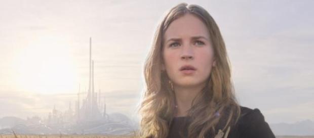 Britt Robertson interpretando a Casey Newton