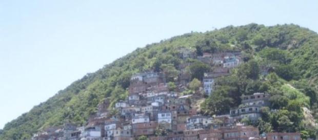 Caio Castro é bem recebido em favelas de São Paulo