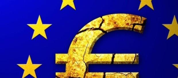 symbol of the EU with cracks