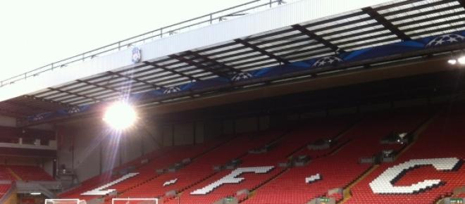 La grada de The Kop, vacía, pero que en cada partido siempre está llena de aficionados ingleses aunando al Liverpool en cada partido.