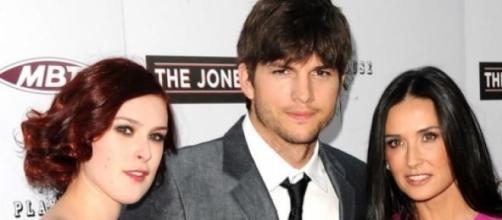 Ashton Kutcher com a então esposa e Rumer Willis
