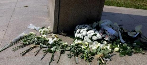 Flores deixadas no Prometeu, durante a manhã.