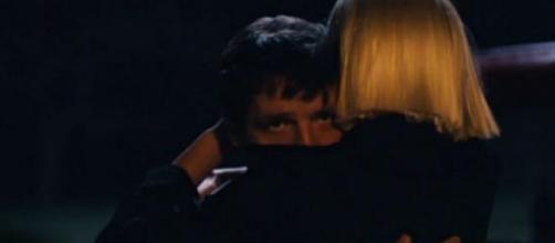 """Pedro Pascal e Heidi Klum em """"Fire Meet Gasoline""""."""