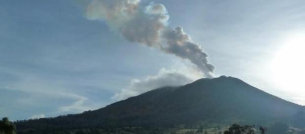 Le volcan turrialba est en éruption volcanique.