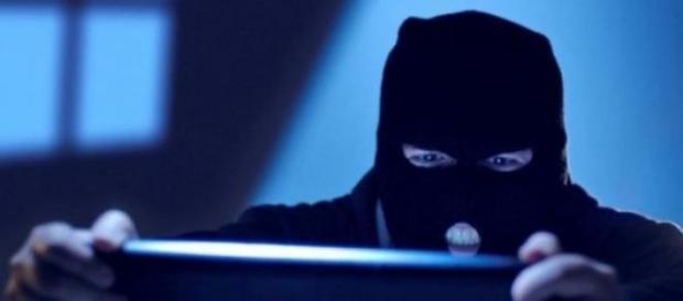 Recompensă pentru prinderea celor doi hackeri