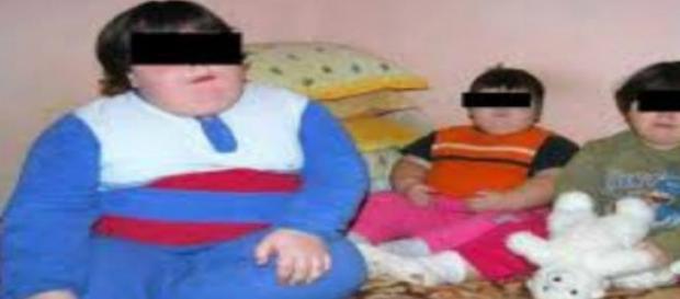 Trei copii care sufera de obezitate morbida.
