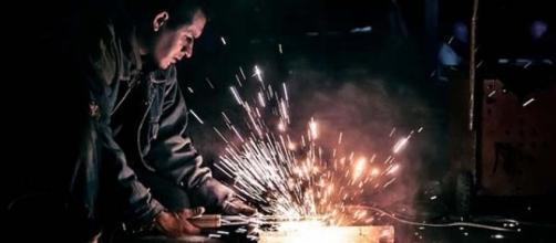 Un soldador haciendo su trabajo