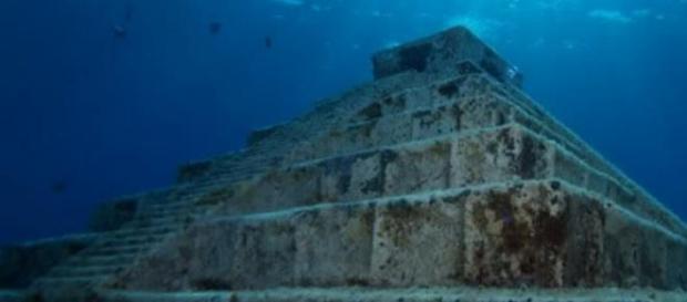 Piramida subacvatica in Japonia