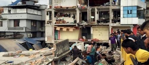 Muitas vítimas ainda estão entre os escombros.