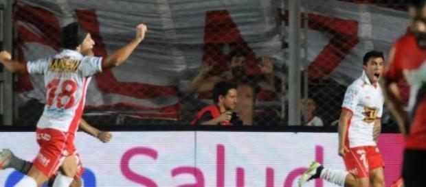 Huracán festeja el único tanto del partido