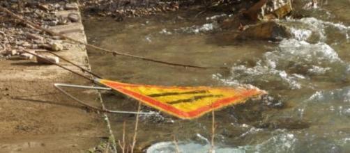 Panneaux de signalisation flottant dans la rivière