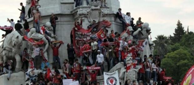 Benfiquistas anseiam festejos no Marquês