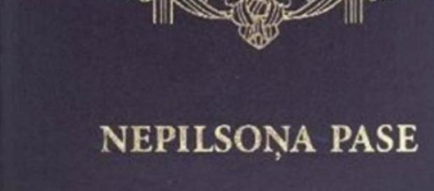 """La scritta """"Nepilsoņa Pase"""" sul passaporto lettone"""