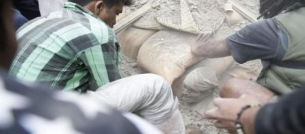Terremoto Nepal: superstite estratto dalle macerie