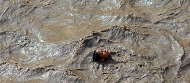 Un bambino nelle acque in Nepal