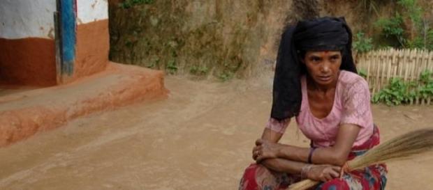 Una donna lavora la terra in Nepal
