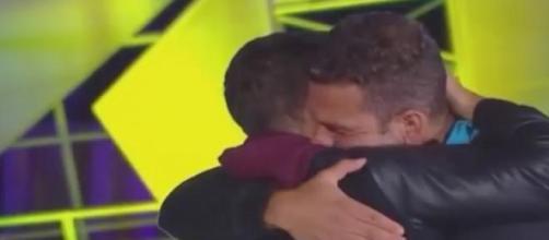Cabanas emocionado abraza a Alejandro Consejo