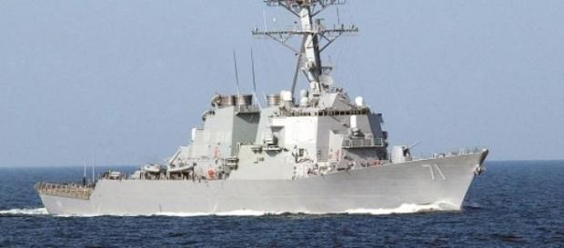 Navio dos EUA vigia crise no Estreito de Ormuz.