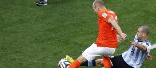 Mascherano en el histórico cruce ante Robben