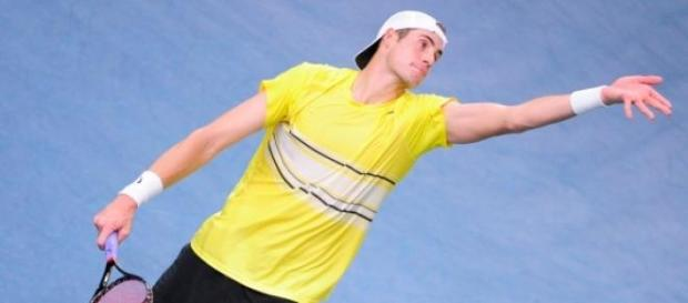 Isner affrontera Djokovic en demi-finales.
