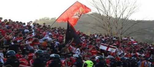 Adeptos benfiquistas no apoio ao Benfica.