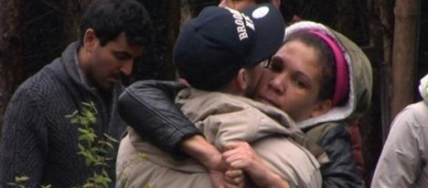 Hans verlässt das Camp, umarmt Belinda. Foto:Sat.1