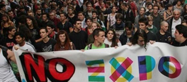 Manifestantes protestam contra os gastos da Expo