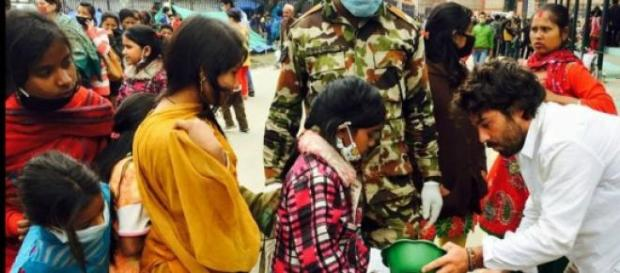 Nepaleses aguardam a distribuição de alimento