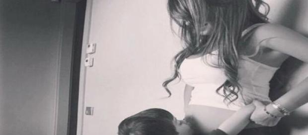 Thiago beija a barriga da mãe.
