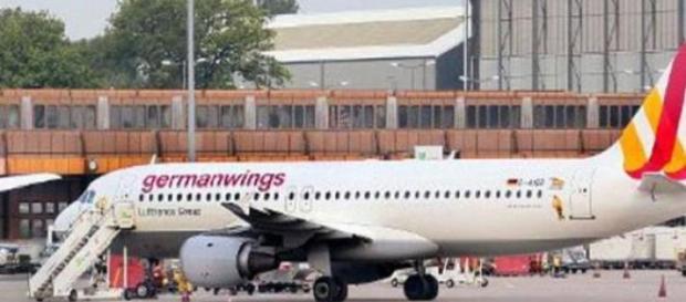 Aeronave pousada em aeroporto