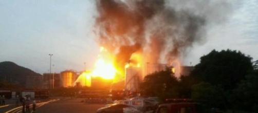 Vento forte em Santos aumentam as chamas