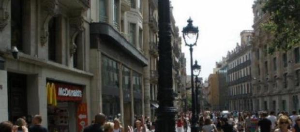 Avinguda del Portal de l'Àngel llena de gente.
