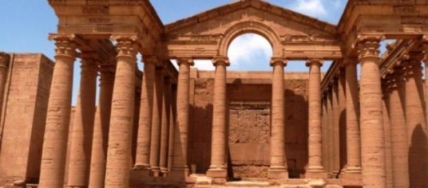 La ville historique d'Hatra est détruite par l'ÉI.