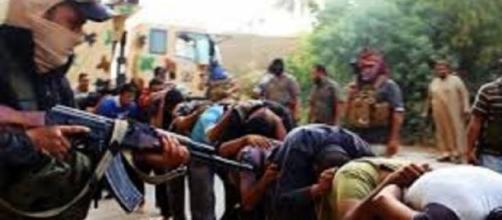 Civili tenuti in ostaggio dai soldati