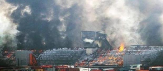 O corpo de bombeiros tenta controlar o fogo