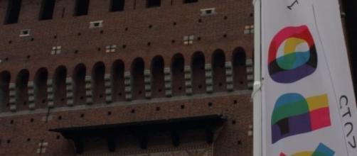 Insegna di Expo davanti al castello sforzesco