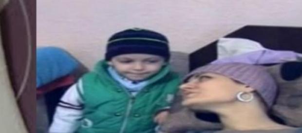 O tanara mama se lupta sa triasca pentru fiul ei