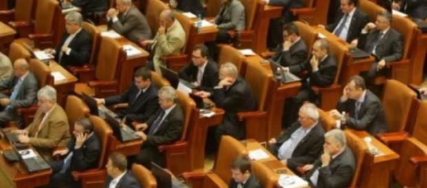 "Parlamentari ""muncind"" din greu"