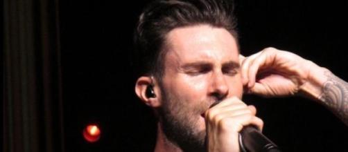 Adam Levine de Maroon 5 fue atacado por una fan