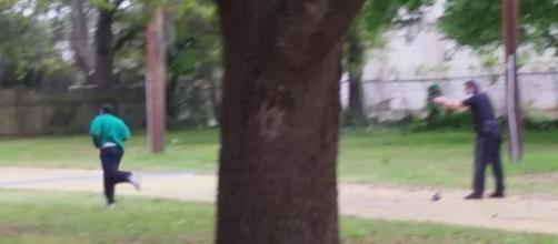 Il poliziotto spara all'afroamericano che scappa