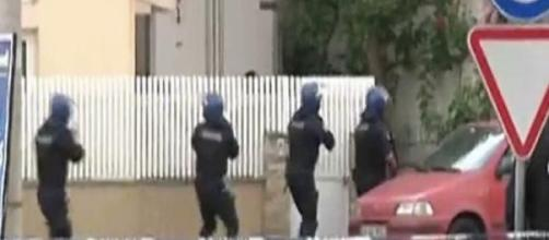 Três pessoas foram feitas reféns na própria casa.